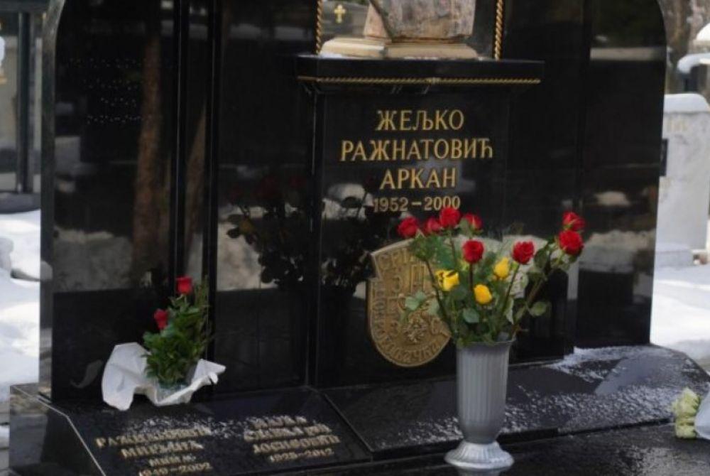 (FOTO) KAKAV JE TO SIMBOL NA ARKANOVOM GROBU? Zloglasna poruka vrišti i nakon smrti: Poslije 21. godine javnost i dalje intrigirana ratnim zločincem!