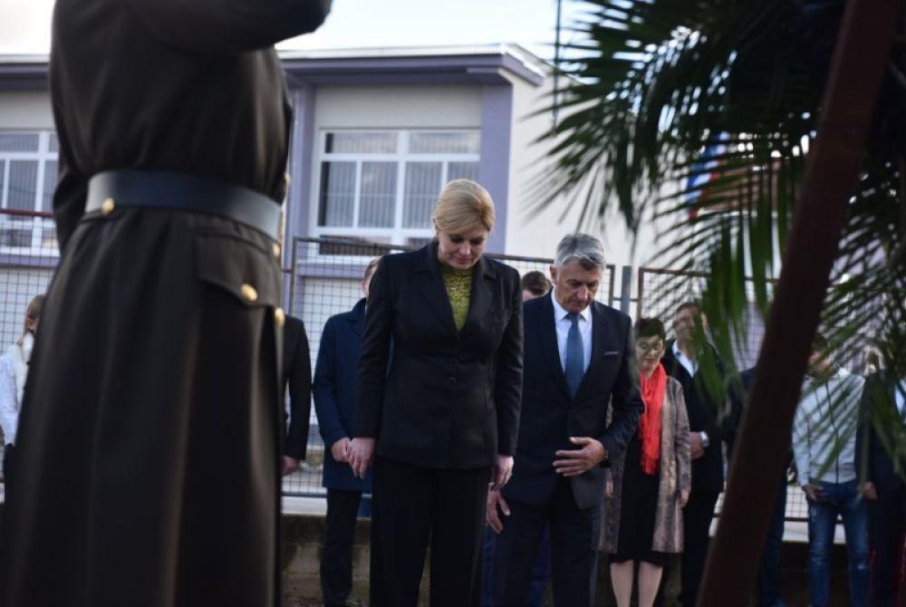 Predsjednica Kolinda Grabar-Kitarović poklonila se žrtvama Škabrnje