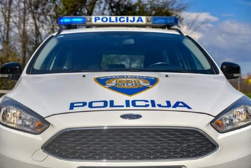 DETALJI STRAŠNE NESREĆE U KOJOJ SU TEŠKO OZLIJEĐENI POLICAJCI: Kamionom pretjecao kolonu, nakon naleta završili na kolniku