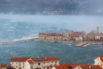 Zbog snažnog vjetra Dalmacija 'odsječena' na kopnu i na moru