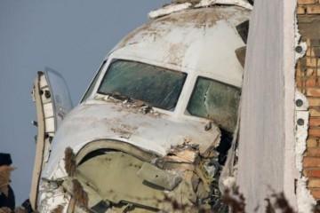 Avion sa 100 putnika se zabio u zgradu, spašavaju preživjele