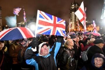 Počelo konačno odbrojavanje do Brexita s obje strana kanala La Manche, Škoti upalili svijeće i preklinju London