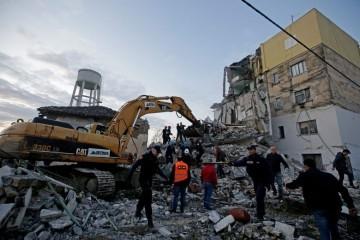 (FOTO) Albanija se i dalje trese, ljudi ne znaju kako će provesti noć: Interventne službe i dalje tragaju za preživjelima pod ruševinama