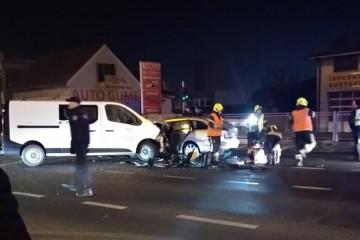 Teška nesreća u Sesvetama: Vatrogasci ga izvlačili iz auta
