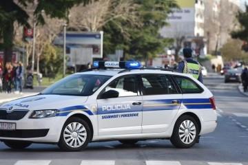 BMW-om im prepriječio put i pištoljem prijetio starijem paru