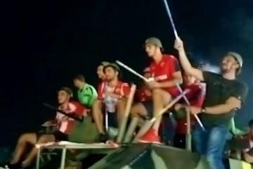 Igrači Zvezde na tenku, sa šljemovima i uz četničke pjesme paradirali Beogradom