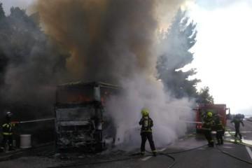 Autobus pun turista zapalio se kod Makarske: Vozilo u potpunosti izgorjelo, vatrogasci su još na terenu