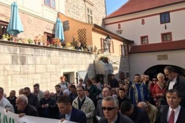 OPET SKANDAL? Hrvatska policija zabranila molitvu krunice na Trgu svetog Marka!