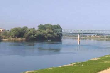 Tragedija kod Slavonskog Broda: Prevrnuo se čamac s tri osobe, traga se za muškarcem