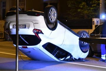 Kaos na Šalati: Pijana Zagrepčanka zajurila se u dva parkirana auta, njezin Nissan završio na krovu