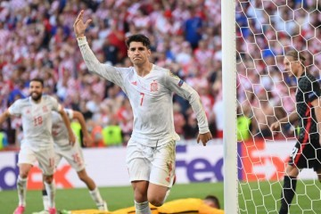 HRVATSKA - ŠPANJOLSKA     Španjolska je u najboljoj utakmici EURA pobijedila Hrvatsku s 5:3 i izborila četvrtfinale EURA