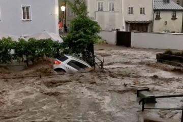 Dramatične snimke iz Austrije, bujične poplave nosile automobile