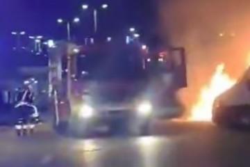 VIDEO: NA ZAGREBAČKOM LANIŠTU PLANUO MERCEDES Vatra progutala skupocjeni auto zagrebačkog poduzetnika, u susjedstvu se priča da je požar podmetnut