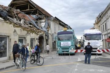 PROSVJEDNA VOŽNJA Ljutiti građevinari s Banovine bagerima i kamionima vozili kroz Sisak i Petrinju: Tvrde da im se ne daje da rade na rušenju i obnovi