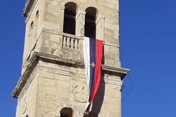 FOTO Bratiškovci!…Mjesto nadomak Skradina odakle se polazilo u razaranje Skradina, Šibenika, Vodica i svih sela sa pretežno hrvatskom populacijom, danas bez ikakve mogućnosti osporavanja vije srpsku zastavu…