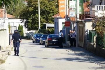Šokantna pozadina incidenta u Sinju: muškarac koji je prijetio bombom jutros je pokušao provaliti u bratovu kuću, policija umjesto intervencije odlučila sačekati da se smiri