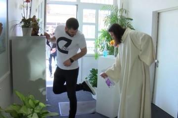 (VIDEO) Božanstvena komedija: Peremo cipele tijekom pandemije, a što s dušom?