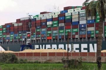 Japanski brodovlasnici: Teretnjak koji je začepio Sueski kanal mogao bi biti odsukan već danas