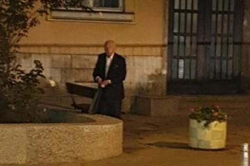 Budimir Lončar snimljen kako 'krade' ruže ispred katedrale