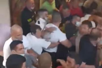 (VIDEO) DRAMATIČNO U BUDVI: Nakon masovne tuče Demokrati zauzeli Skupštinu, provalili i u ured predsjednika!