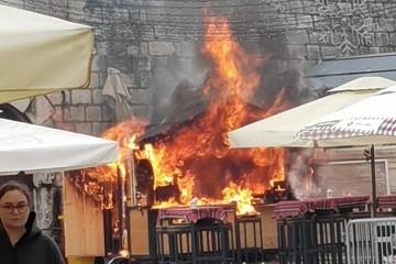 Izgorjela adventska kućica u Zadru: Dolili vodu u vruće ulje