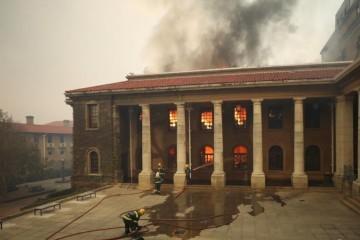 Ogroman požar u Cape Townu zahvatio je i sveučilišnu knjižnicu, vjetar otežava gašenje