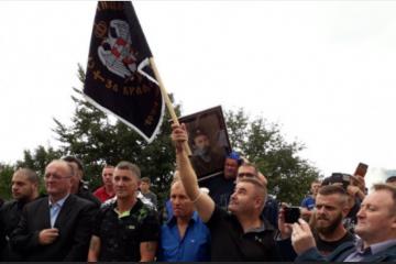 KAOS NA ČETNIČKOM SKUPU! Crnogorski policajci privode sudionike, među njima i političari