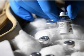 Radnica u centru za cijepljenje punila injekcije fiziološkom otopinom