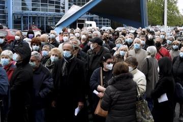 Gomila ljudi čeka cjepivo Pfizer na Velesajmu, psuju organizatore u strahu od zaraze