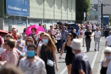 ORGANIZACIJSKI KAOS U ZAGREBU: Nevjerojatna gužva za cijepljenje na Velesajmu! Tisuće ljudi na paklenoj vrućini čekaju svoju dozu