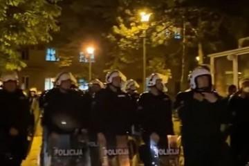 (VIDEO) Ponovno napeto u Crnoj Gori: Uhićen episkop SPC-a, prosvjednici skandirali 'Ustaše! Pustite vladiku!'