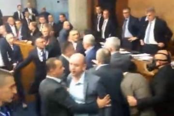 (VIDEO) Izglasan zakon o slobodi vjeroispovijesti u Crnoj Gori: Prosrpski zastupnici izazvali nerede, uništavali inventar i prijetili krvoprolićem