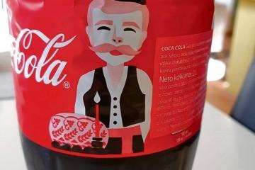 'SRPSKA' COCA-COLA U HRVATSKOJ Splitske kupce uznemirio muškarac sa šajkačom na etiketi, to nije jedino što zamjeraju istočnoj verziji omiljenog pića
