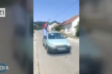 PROVOKACIJE U DARUVARU: Srbijanske zastave, tri prsta…