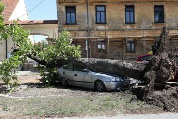 Strašno nevrijeme prohujalo središnjom Hrvatskom, stradale kuće, auti, srušena stabla, nestalo struje: 'Toliko je puhalo da sam mislila da je tornado'