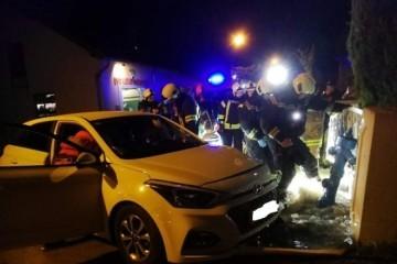 (FOTO) BIZARNA NESREĆA: Djevojka se usred noći zabila u hidrant! Voda nekontrolirano sukljala i poplavila cijelu ulicu