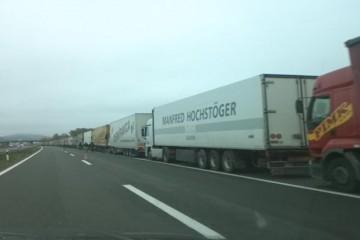 Pod policijskom pratnjom: Par stotina kamiona krenulo iz RH