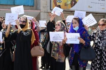 Dramatične snimke: Žene se sukobile s talibanima