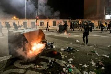 Neredi širom Španjolske nakon novih restrikcija zbog pandemije, ozlijeđeno 29 policajaca i 7 prosvjednika