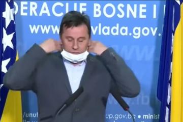 VIDEO Premijer Federacije BiH propisno se osramotio pri pokušaju stavljanja zaštitne maske