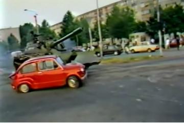 27. lipnja 1991. uništen crveni fićo u Osijeku: Ratna snimka koja je obišla svijet!
