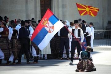 (VIDEO) NEKI SU MORALI PROTRLJATI OČI: Na Trgu bana Jelačića Užičko kolo, vijori srpska zastava