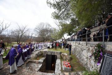 Mnoštvo ljudi u molitvi na mjestu ubojstva 1945.: Iz krvi fratara nicao je novi Široki Brijeg