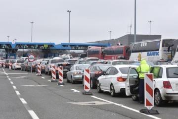 Kaos na granici: Na Bregani se na ulaz u Hrvatsku ujutro čekalo šest sati; u podne još gore - čeka se osam sati