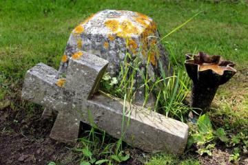 BOSNA I HERCEGOVINA SRAMOTNO Oskvrnuto katoličko groblje u istočnom dijelu Mostara, katolici zabrinuti