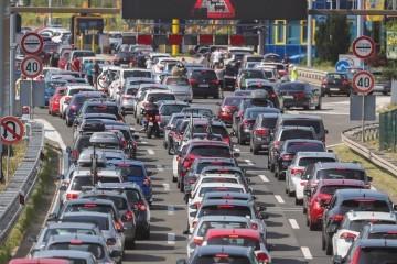 Velika gužva na cestama, kolone na autocestama, višesatna čekanja na graničnim prijelazima