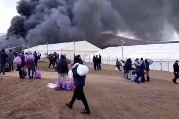 Drama u Bihaću: Do temelja spaljen migrantski kamp, stotine migranata krenule prema gradu