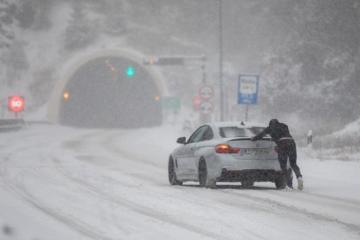 HAK: Zimski uvjeti na većini cesta, ledena kiša i poledica