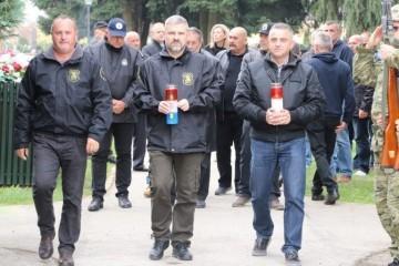 Položeni vijenci i zapaljene svijeće na koprivničkom groblju u spomen na hrvatske branitelje i civilne žrtve Domovinskog rata