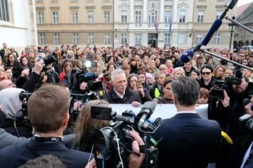 """(VIDEO) Plenković izašao pred prosvjednike, dočekala ga šutnja """"Ne mislimo s njima razgovarati preko medija i pred medijima"""""""